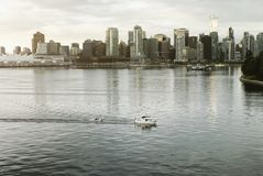 在都市地平线的日出在街市温哥华, BC 免版税图库摄影