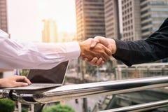 在都市室外大厦背景的企业握手 免版税库存照片