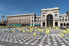 在都市映象点艺术事件期间的米兰中心广场 免版税库存图片