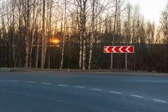 在都市柏油路一边的改道标志 免版税库存照片