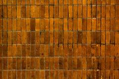 在都市的老脏的黄色陶瓷砖砖墙 免版税图库摄影