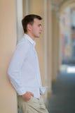 在都市背景的一个周道的年轻男性 佩带轻的夏天的一个确信,时髦的人穿衣 样式概念 免版税库存照片