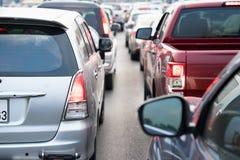 在都市街道上的汽车在交通堵塞 库存照片