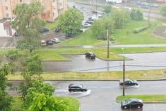 在都市街道上看法在倾吐的雨中 免版税库存照片