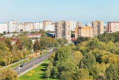 在都市街道上看法在晴朗的秋天天 免版税库存照片