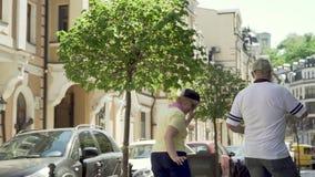 在都市街道的时髦和无忧无虑的老夫妇跳舞 股票视频