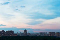在都市街道的深蓝和桃红色黄昏天空我 图库摄影