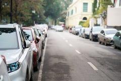 在都市街道边停放的汽车 免版税图库摄影