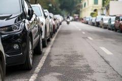在都市街道边停放的汽车 图库摄影
