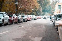 在都市街道边停放的汽车 库存照片