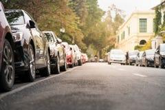 在都市街道边停放的汽车 库存图片