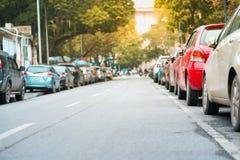 在都市街道边停放的汽车 免版税库存照片