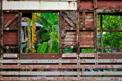 在都市贫民窟中间的废墟木大厦 免版税库存图片