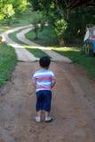 在都市路的年轻男孩立场 免版税库存照片