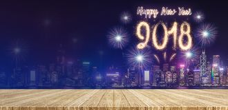 在都市风景的新年好2018烟花在晚上以空 免版税图库摄影