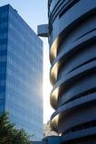 在都市风景的日落 太阳的反射在停车场的 库存图片