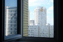 在都市风景的看法与密集的都市发展和建筑公寓在城市的绿地 免版税库存照片