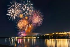 在都市风景的看法和五颜六色的烟花在贝尔格莱德 免版税库存照片