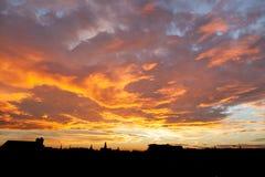 在都市风景的绯红色天空 免版税库存照片