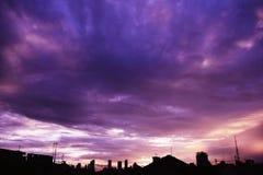 在都市风景的紫色日落天空 免版税库存照片