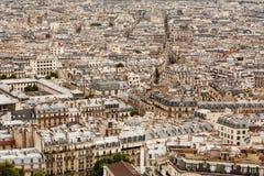 在都市风景巴黎浩大屋顶的海运间 免版税库存图片