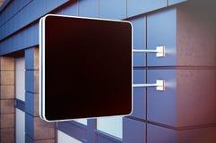 在都市bulding的黑空的粉笔板 现代大厦具体门面在背景中 水平的大模型 免版税库存图片