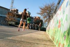 在都市Greenspace的人们跑和自行车沿亚特兰大一贯作业生产系统 免版税库存图片