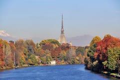 在都灵& x28的秋天; Torino& x29; 有河的Po全景和痣Antonelliana,意大利 库存照片