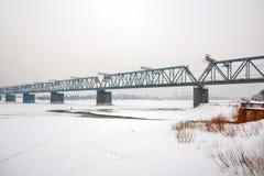 在鄂毕河的铁路桥 编译的街市现代新西伯利亚俄国 库存图片