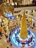 在酋长管辖区购物中心迪拜的圣诞树 库存照片