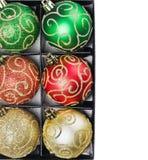 在配件箱的圣诞节球 库存图片