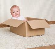 在配件箱里面的女婴 免版税库存图片