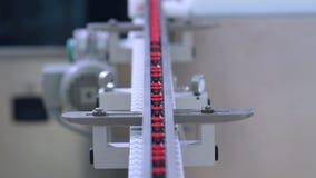 在配药制造业线的医学瓶 自动化的生产线 股票录像