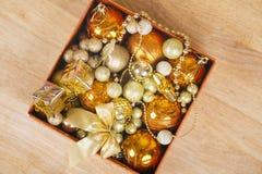 在配件箱的色的圣诞节球 免版税库存照片