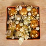 在配件箱的色的圣诞节球 库存照片