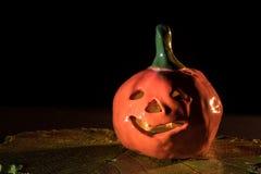 在酒叶子的手工制造黏土南瓜万圣夜灼烧的蜡烛的 图库摄影