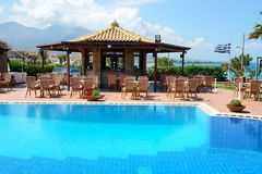 在酒吧和希腊旗子附近的游泳池 图库摄影