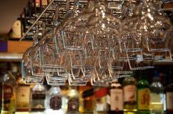 在酒吧固定的颠倒玻璃特写镜头  免版税库存照片