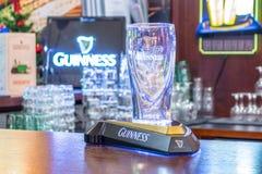 在酒吧机架的啤酒杯吉尼斯 俄国 莫斯科 2018年1月13日 免版税库存图片