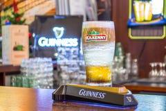 在酒吧机架的啤酒杯基尔肯尼 俄国 莫斯科 2018年1月13日 库存图片