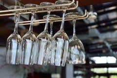 在酒吧机架的酒杯吊 免版税库存图片