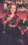 在酒吧柜台后的女服务员 免版税库存照片