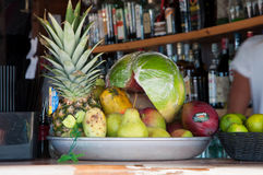 在酒吧柜台的异乎寻常的果子盘子 免版税库存图片