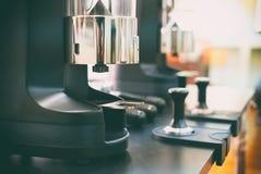 在酒吧柜台的电磨咖啡器机器在咖啡馆 库存照片