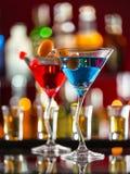 在酒吧柜台的马蒂尼鸡尾酒饮料 免版税库存图片