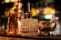 在酒吧柜台,温暖的光,减速火箭的样式的侍酒者工具 免版税图库摄影