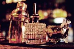 在酒吧柜台,温暖的光,减速火箭的样式的侍酒者工具 图库摄影
