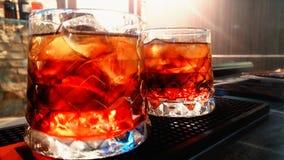在酒吧的两红色coctails 免版税库存照片