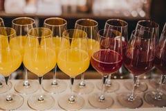 在酒吧的五颜六色的鸡尾酒 免版税图库摄影