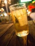 在酒吧的啤酒与在玻璃的冰 库存图片